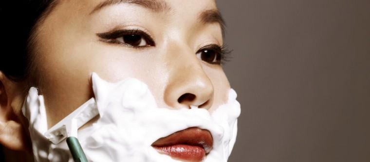 Nouvelle mode femme : se raser le duvet du visage pour avoir la peau douce
