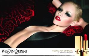 Du rouge à lèvres et rien d'autre: Cara Delenvigne se dénude pour YSL