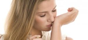 Pourquoi les femmes mettent-elles le parfum de leur homme