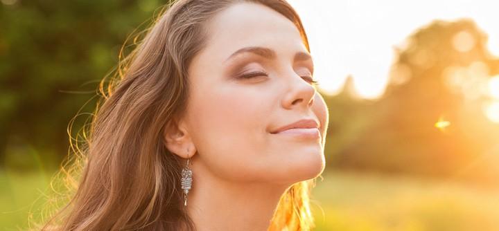 Comment le fait de se sentir bien dans sa peau peut rendre heureuse ?