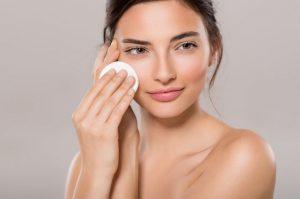 Tous nos conseils pour bien vous démaquiller en fonction de votre type de peau