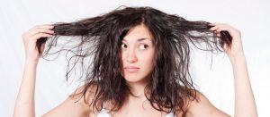 Nos astuces anti-cheveux gras pour les paresseuses