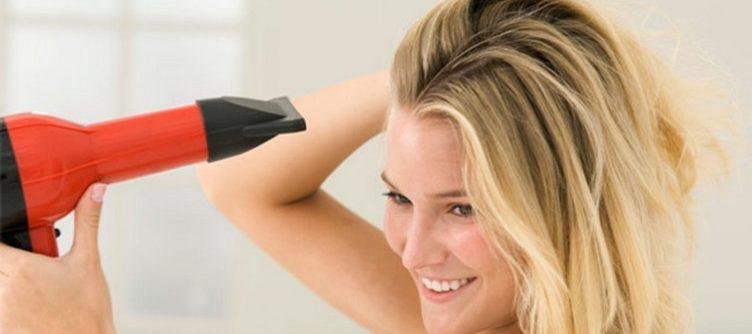 Le sèche-cheveux abimerait moins que laisser ses cheveux sécher à l'air libre