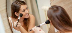 Adoptez le « blush draping », la nouvelle tendance makeup qui remplace le contouring !